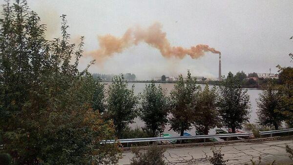 Оранжевый дым из трубы в поселке Верх-Нейвинский