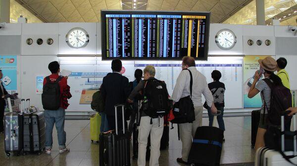 Пассажиры в международном аэропорту Гонконга