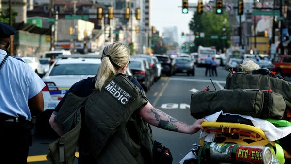 Полиция и медки во время операции по задержанию наркоторговцев в Филадельфии, штат Пенсильвания. 14 августа 2019