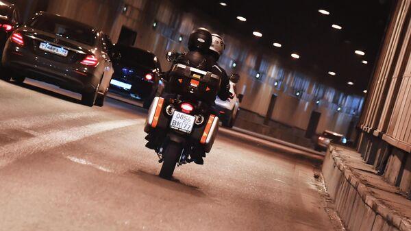 Мотоциклисты едут по Кутузовскому тоннелю в Москве