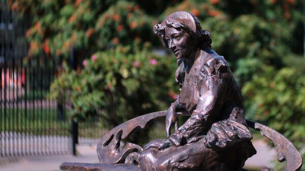 Памятник актрисе Фаине Раневской, установленный в Приморском районе в Санкт-Петербурге