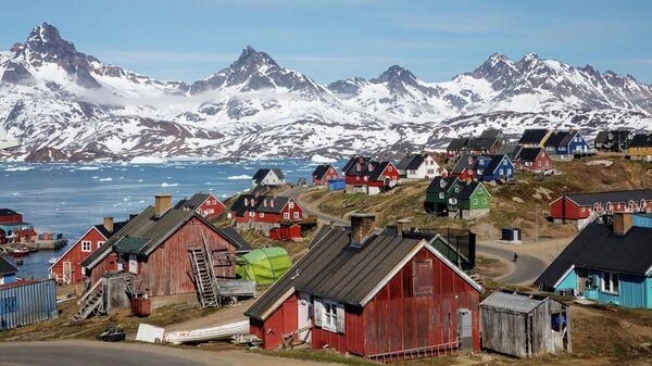 Заснеженные горы в районе гавани города Тасиилак в Гренландии