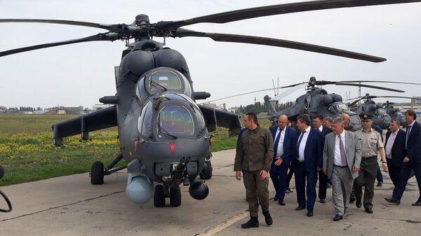 Министр обороны Сербии Александр Вулин во время осмотра вертолета Ми-35М в Ростове-на-Дону