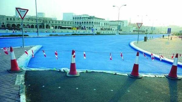 Эксперимент по покраске дорожного покрытия в голубой цвет на улице Абдаллы бен Джасема в Дохе, Катар