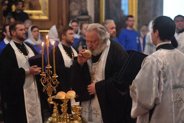 Священнослужители во время всенощного бдения накануне праздника Преображения Господня в Казанском кафедральном соборе в Санкт-Петербурге