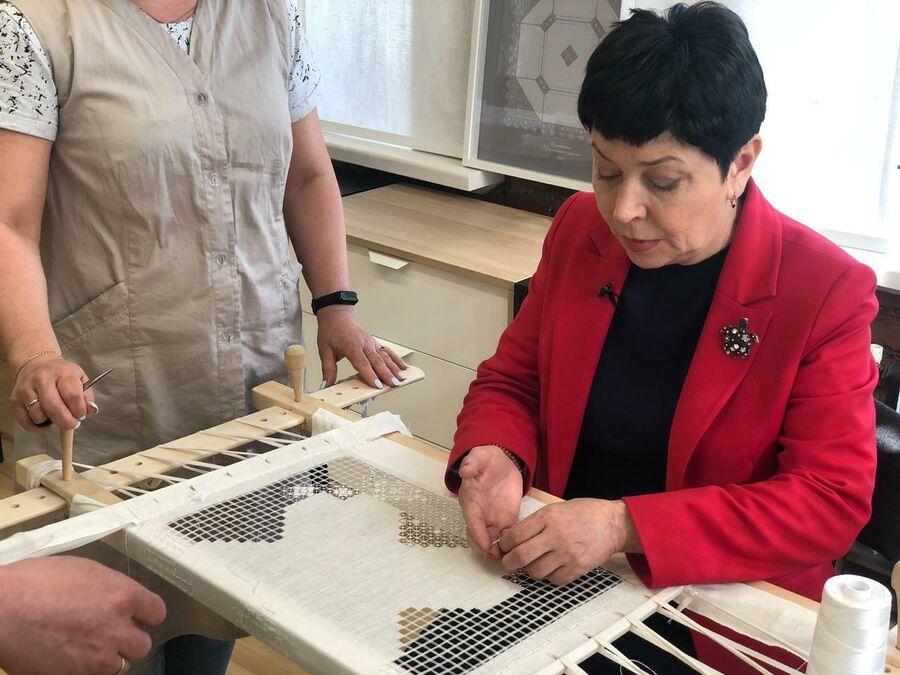 Новгородская область, поселок Крестцы. Наташа вышивает знаменитую крестецкую строчку