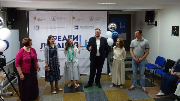 Сотрудники амбулаторного центра реабилитации наркозависимых Реабилитация LIVE во время открытия бесплатного центра реабилитации для наркозависимых в Москве