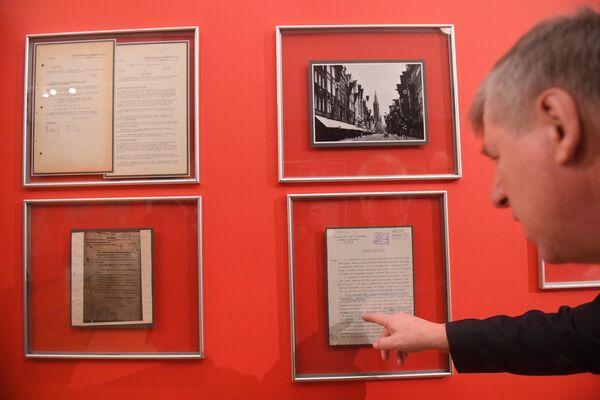 Экспонаты, представленные на открытии историко-документальной выставки 1939 год. Начало Второй мировой войны в Выставочном зале федеральных архивов в Москве