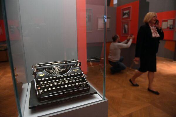 Печатная машинка Continental Wanderer 35, представленная на открытии историко-документальной выставки 1939 год. Начало Второй мировой войны в Выставочном зале федеральных архивов в Москве.