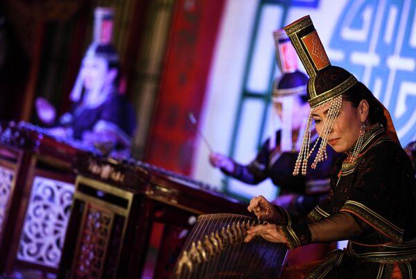 Выступление артистов в театре традиционных песен и танцев Tumen Ekh