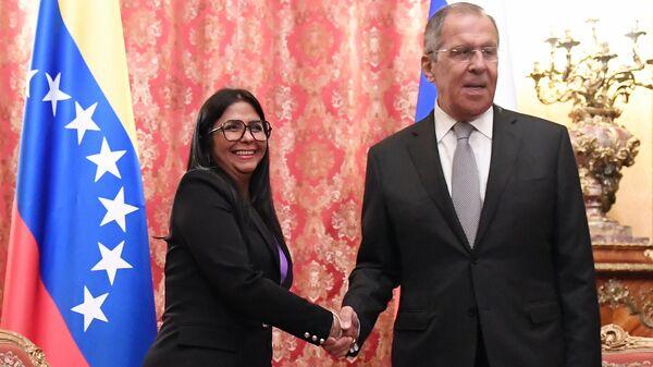 Министр иностранных дел РФ Сергей Лавров и исполнительный вице-президент Венесуэлы Дельси Родригес  во время встречи