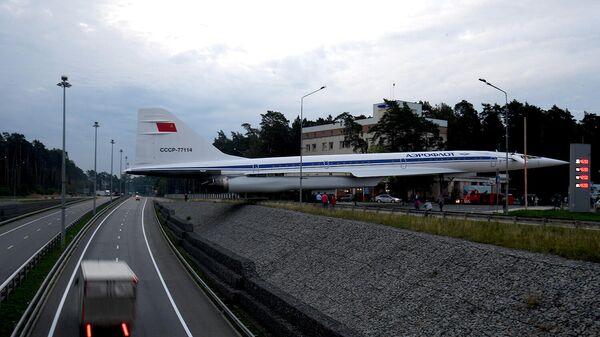 Установка памятника сверхзвуковому пассажирскому самолету Ту-144 возле ворот Летно-исследовательского института им. Громова в Жуковском