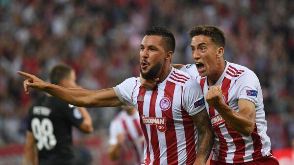 Футболисты Олимпиакоса радуются забитому голу