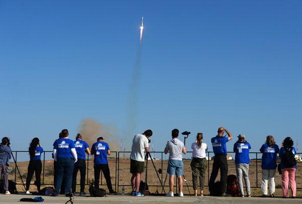 Журналисты наблюдают за запуском ракеты-носителя Союз-2.1а с пилотируемым кораблем Союз МС-14