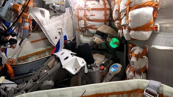 Антропоморфный робот Skybot F-850 (робот Федор) поздравляет россиян с борта корабля Союз МС-14 с Днем флага Российской Федерации