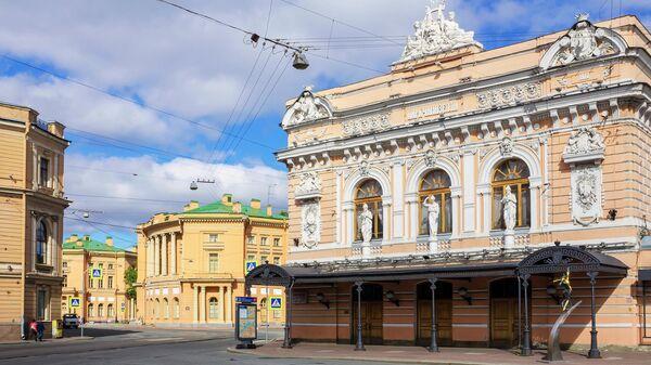 Здание Цирка Чинизелли в Санкт-Петербурге на набережной реки Фонтанки