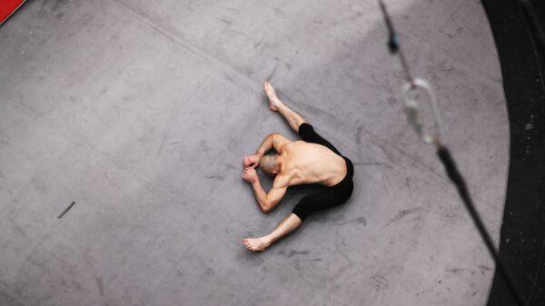Гимнаст разминается на репетиционном манеже Большого Московского цирка