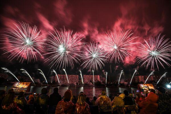Салют на международном фестивале фейерверков Ростех в Братеевском каскадном парке в Москве