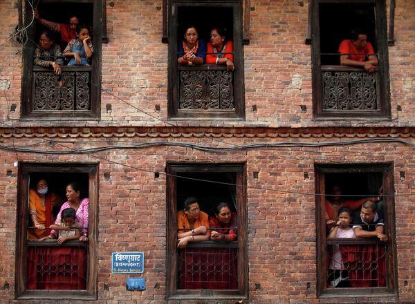 Люди наблюдают за танцорами на фестивале Nil Barahi festival в Непале