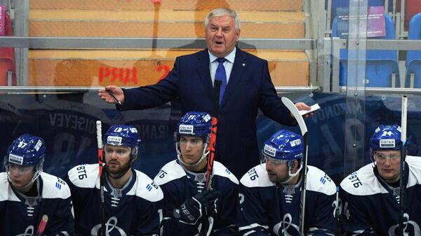 Главный тренер ХК Динамо Владимир Крикунов (в центре)