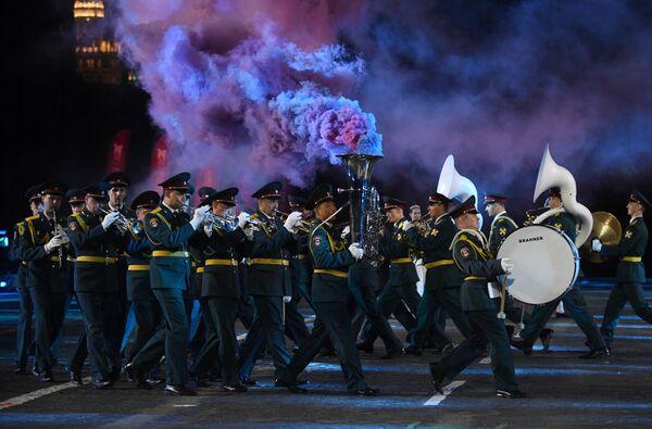 Военный оркестр штаба Сибирского округа войск Национальной гвардии РФ на репетиции парада участников Международного военно-музыкального фестиваля Спасская башня на Красной площади в Москве