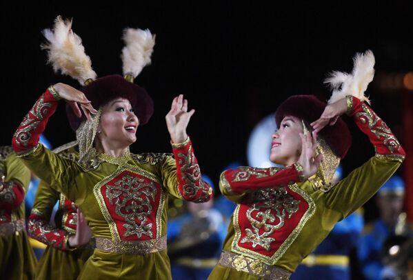 Участницы выступления образцово-показательного оркестра и роты почетного караула Национальной гвардии Республики Казахстан на репетиции парада участников Международного военно-музыкального фестиваля Спасская башня на Красной площади в Москве