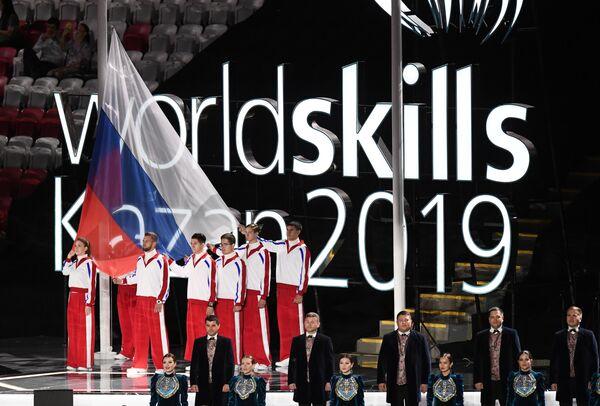 Поднятие российского флага на церемонии открытия 45-го Мирового чемпионата по профессиональному мастерству WorldSkills Kazan 2019 на стадионе Казань Арена