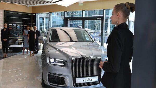 Автомобиль Aurus Senat в первом шоуруме по коммерческим продажам отечественных машин для первых лиц государства проекта Кортеж в деловом центре Москва-Сити