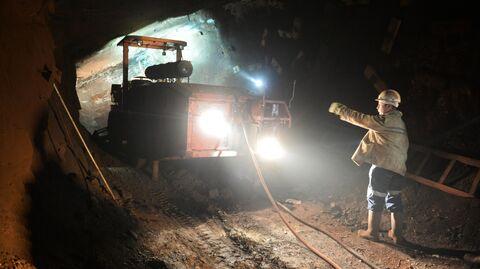 Шахтер у анкероустановочной машины в шахте Кальинская