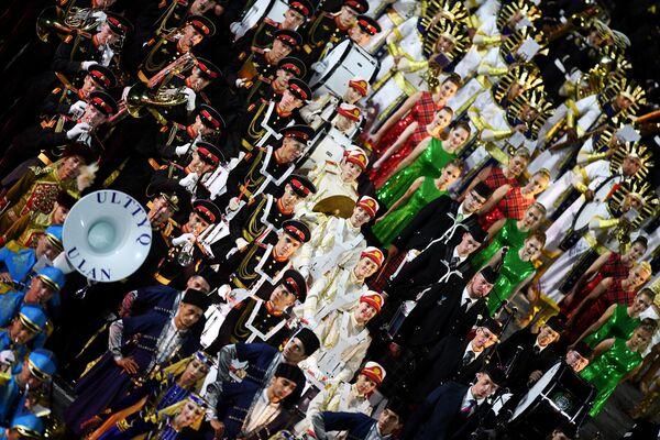 Участники торжественной церемонии открытия XII Международного военно-музыкального фестиваля Спасская башня на Красной площади в Москве