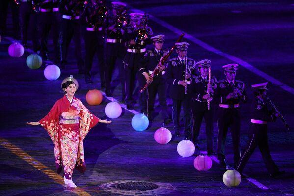 Участница центрального оркестра Сухопутных Сил самообороны Японии на торжественной церемонии открытия XII Международного военно-музыкального фестиваля Спасская башня на Красной площади в Москве