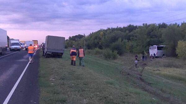 ДТП с участием автомобиля Hyundai Solaris и автобуса Жирновск — Москва на трассе в Новоаннинском районе Волгоградской области. 24 августа 2019