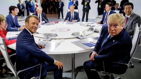 Президент Франции Эммануэль Макрон, президент США Дональд Трамп и мировые лидеры G7  на рабочей сессии Международная экономика и торговля и повестка дня международной безопасности во время саммита G7 в Биаррице, Франция. 25 августа 2019