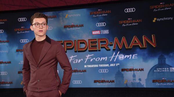 Британский актер Том Холланд на премьере фильма Человек-паук: вдали от дома  в Голливуде. 26 июня 2019