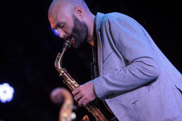 Джазовый музыкант, основатель оркестра SG BIG BAND Сергей Головня во время выступления джазового ансамбля Якова Окуня на 17-м международном музыкальном фестивале Koktebel Jazz Party в Крыму