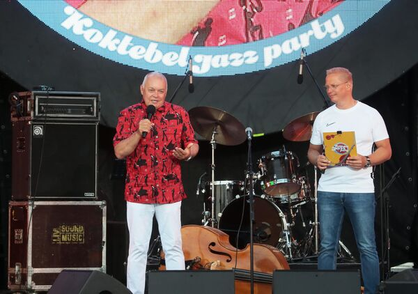 Председатель Оргкомитета Международного фестиваля Koktebel Jazz Party, генеральный директор МИА Россия сегодня Дмитрий Киселев (слева) и ведущий Эрнест Мацкявичюс на 17-м международном музыкальном фестивале Koktebel Jazz Party в Крыму