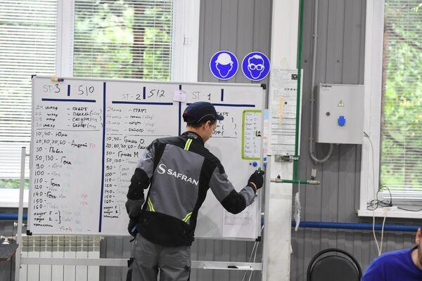 Фиксируется план работ на смену на заводе имени Гагарина в Комсомольске-на-Амуре