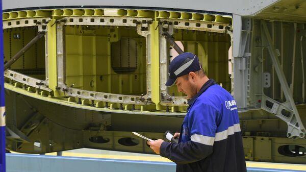 Выполняется монтаж гидравлической и топливной систем самолета