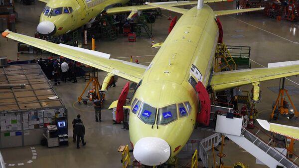 Самолеты Sukhoi Superjet 100 в цехе окончательной сборки на заводе имени Гагарина в Комсомольске-на-Амуре
