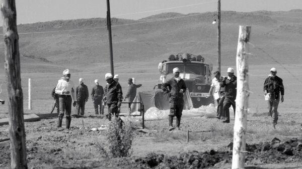 Дозиметристы проводят замеры на Семипалатинском полигоне после испытания ядерного оружия