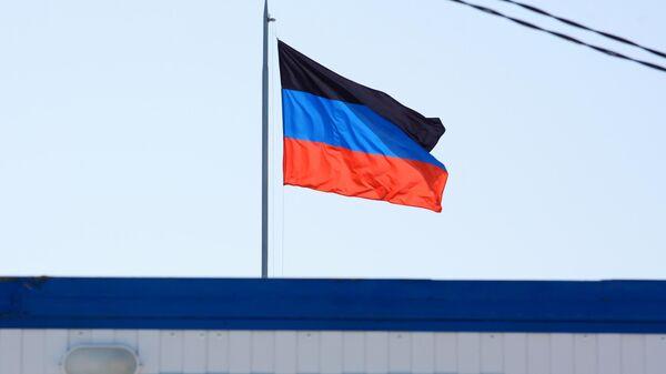 Флаг Донецкой Народной Республики над КПП Еленовка между Украиной и ДНР.