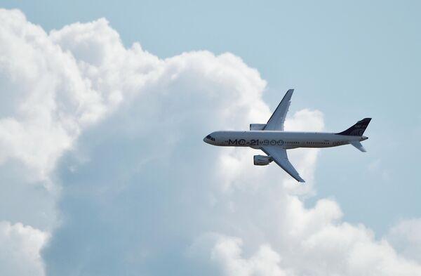 Российский среднемагистральный пассажирский самолёт МС-21-300 совершает полет на Международном авиационно-космическом салоне МАКС-2019 в подмосковном Жуковском.