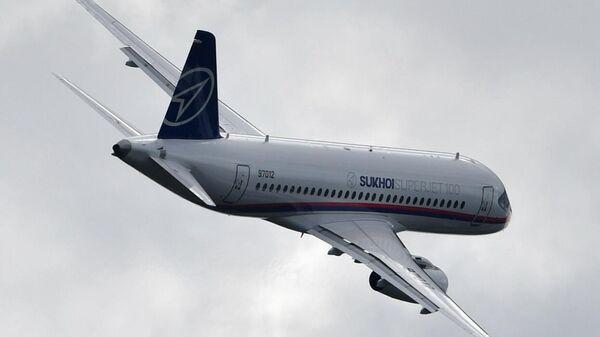 Российский ближнемагистральный узкофюзеляжный пассажирский самолёт Sukhoi Superjet 100 выполняет демонстрационный полет на Международном авиационно-космическом салоне МАКС-2019 в подмосковном Жуковском.
