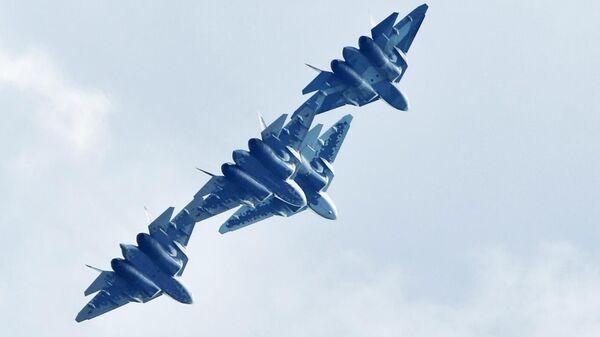 Российские многофункциональные истребители пятого поколения Су-57 выполняют демонстрационный полет на Международном авиационно-космическом салоне МАКС-2019