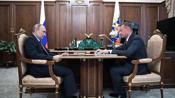 Владимир Путин и временно исполняющий обязанности губернатора Курской области Роман Старовойт во время встречи