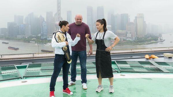 Бойцы UFC Джессика Андраде (слева) и Вэйли Жанг (справа) и глава организации Дэйна Уайт (в центре)