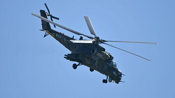 Российский транспортно-боевой вертолёт Ми-35М выполняет демонстрационный полет на Международном авиационно-космическом салоне МАКС-2019