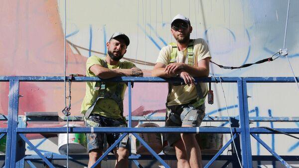 Художник из Аргентины Мартин Рон (слева) и его помощник Мэт