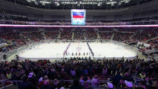Хоккеисты и зрители в ледовом дворце Большой