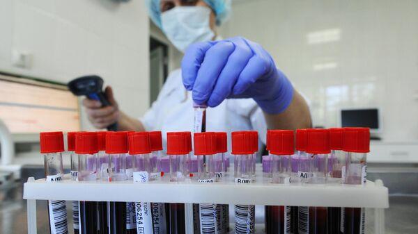 Медицинская сестра регистрирует образцы крови